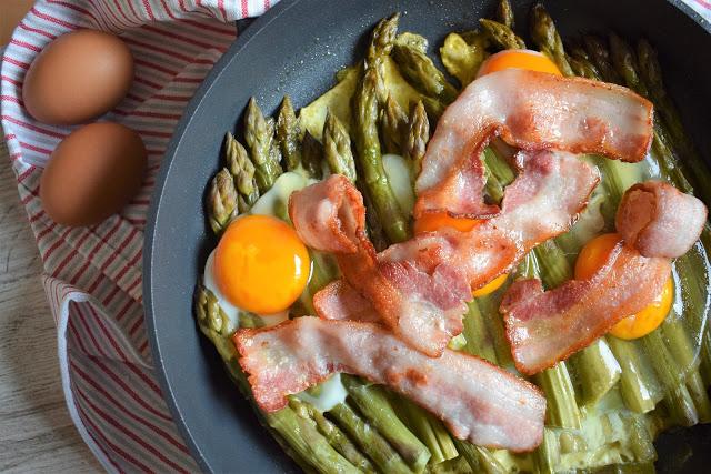 Asparagi con uova e bacon croccante