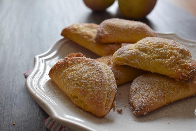 Ravioli dolci ripieni di mele e zucchero di canna