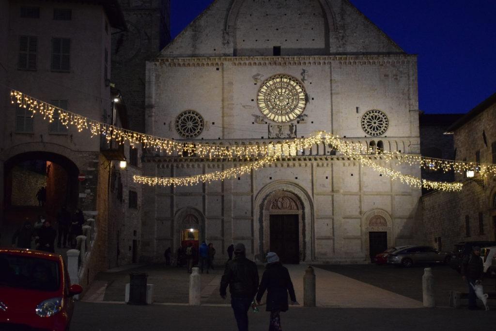 Assisi - La piazza e la facciata della Cattedrale di San Rufino - Patrono della città