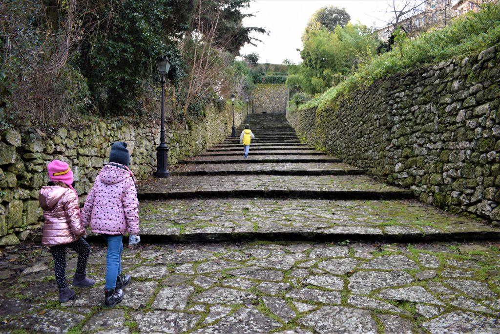 Volterra accoglie i suoi visitatori con una breve ma intensa scalinata che porta direttamente in centro.